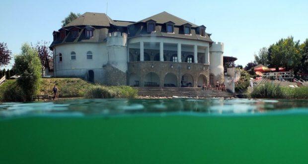 Kastélyszállónk egy szépséges tó körül áll!